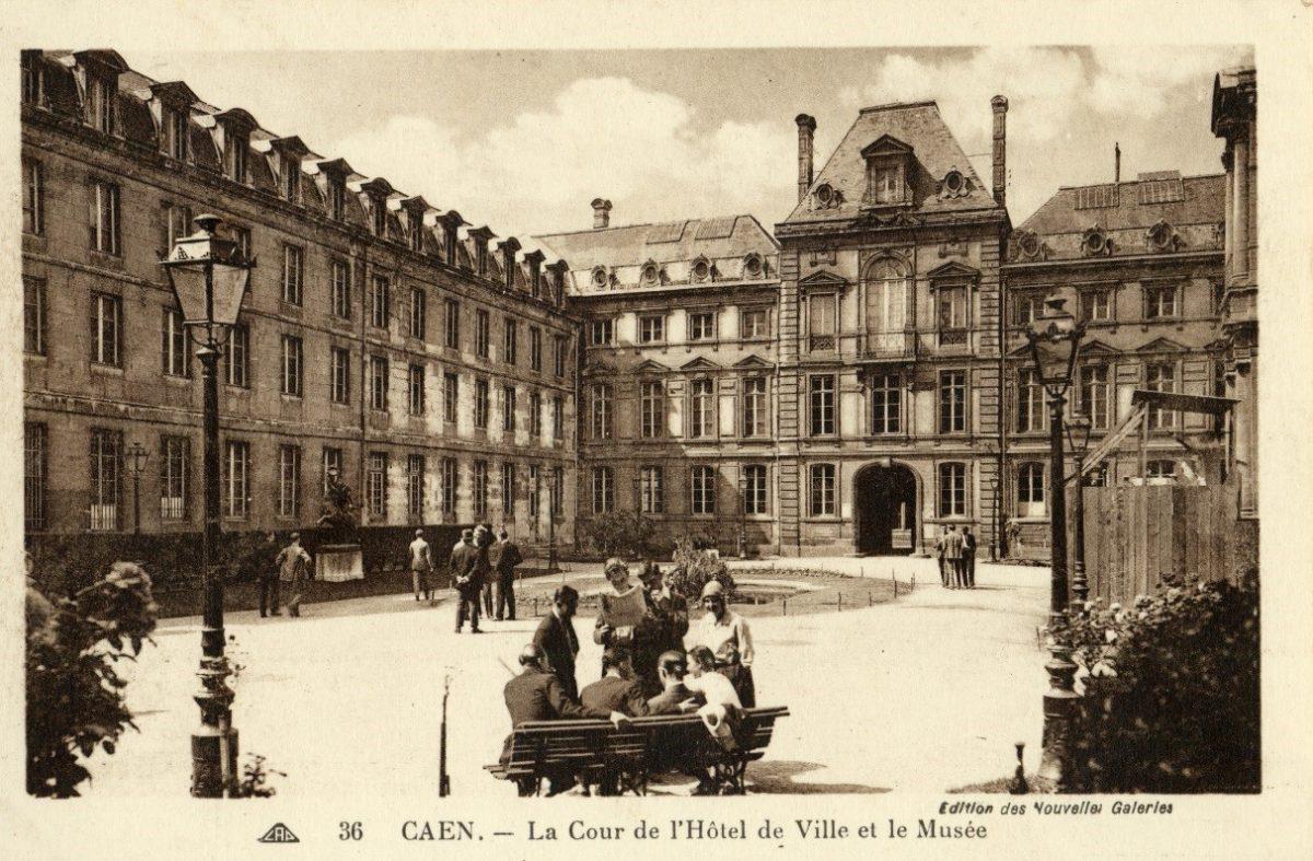 Sur la gauche : aile du musée des beaux-arts